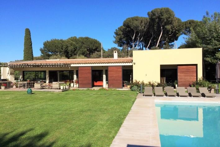Location maison cap d 39 antibes villa moderne avec for Villa moderne avec jardin