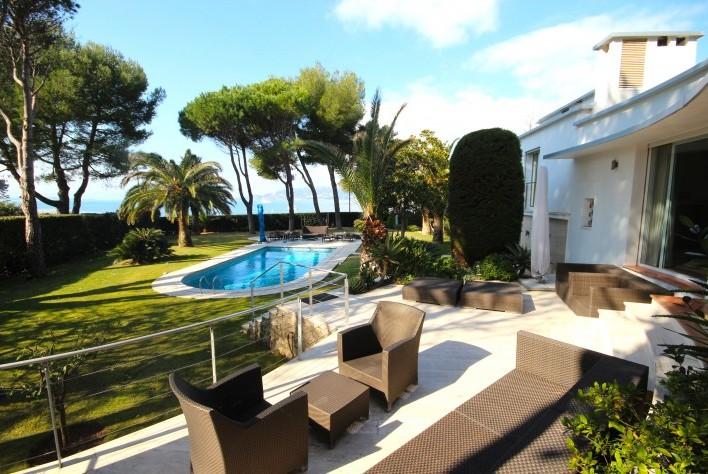 vente maison cap d 39 antibes villa en front mer avec piscine et beau jardin plat. Black Bedroom Furniture Sets. Home Design Ideas