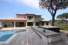 Belle villa moderne avec un magnifique jardin paysagé et tennis privé