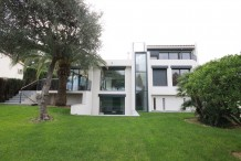 Recently renovated villa with garden and private pool, near the sea