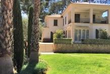 Belle villa avec beau jardin plat et grande piscine, proche plage de la Garoupe