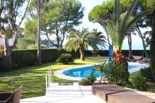 Villa en front mer avec piscine et beau jardin plat