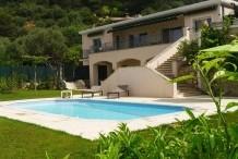 Villa avec une vue sur la mer et belle piscine