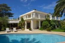 Villa moderne avec piscine et 5 chambres, proche plage de la Garoupe