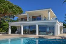 Villa contemporaine avec une belle vue sur la mer et grande piscine