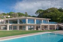 Villa contemporaine avec une belle vue sur la mer et grande piscine miroir