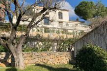 Propriété sur les collines de Cannes avec piscine, aperçu mer et maison d'amis
