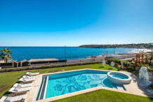 Waterfront property with swimming pool and direct access to the sea