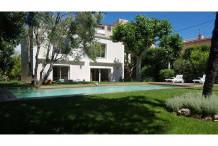 Villa avec beau jardin plat, 4 chambres et piscine à 100 m de la plage