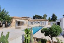 Belle villa avec grand jardin et piscine proche la plage de Salin.