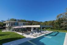Villa contemporaine avec une belle vue sur la mer et grande piscine proche plage Pampelonne