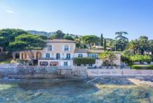 Villa pied dans l'eau à Grimaud