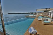 Вилла с бассейном и собственным спуском к морю на Кап д'Антиб